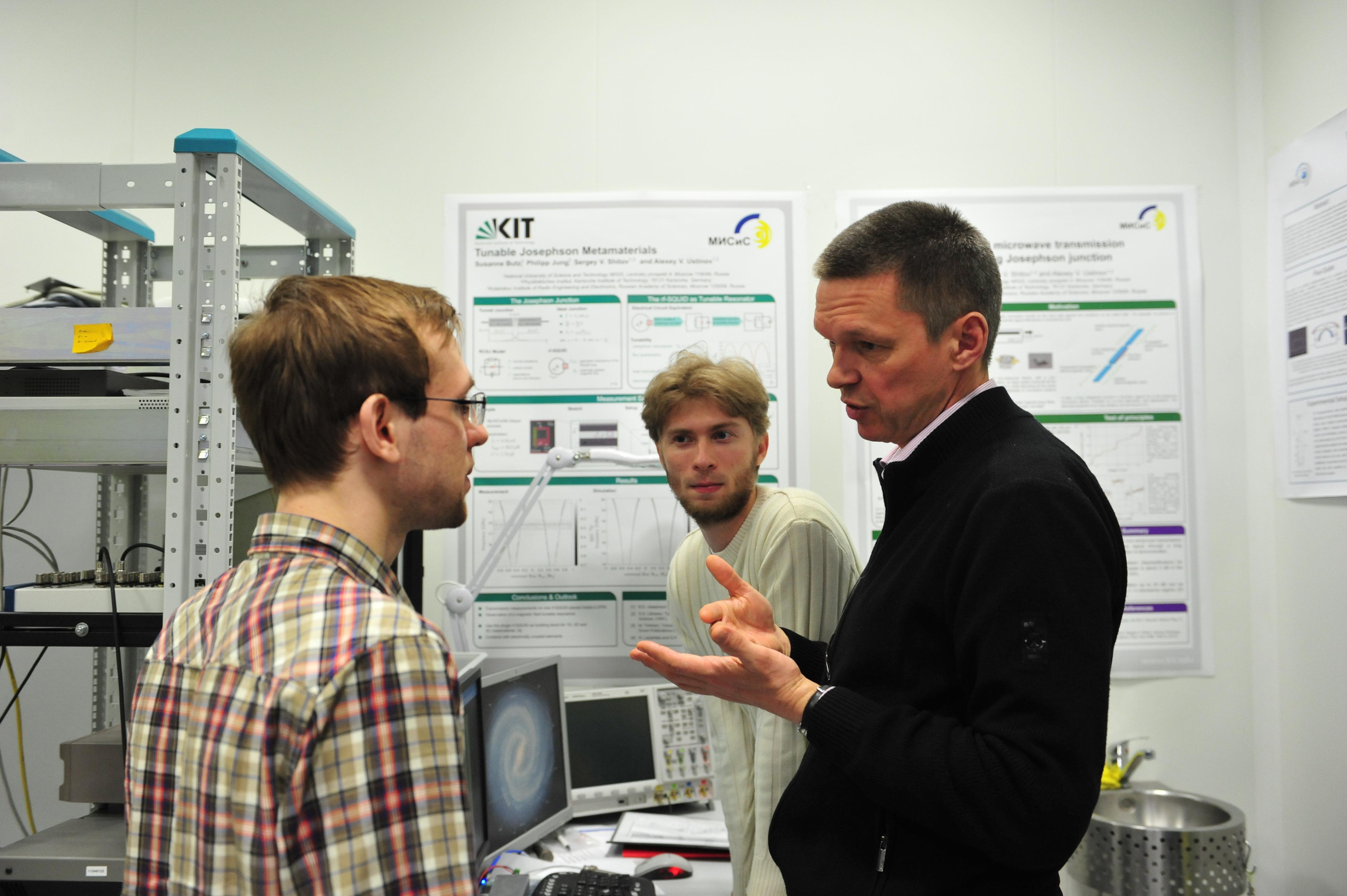 Алексей Устинов в лаборатории со своими студентами