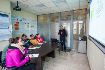 Алексей Башарин читает лекцию студентам