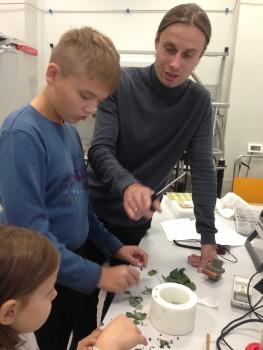 Алексей Башарин в рамках Научного Фестиваля проводит экскурсию в лаборатории сверхпроводящих метаматериалов для школьников в рамках Научного Фестиваля